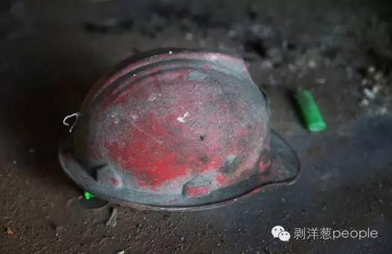 6月8日,大安鑫海铁矿一间矿工宿舍内,地上的一个平安帽。客岁1月份案发后,这个铁矿就被关停。 新京报记者 尹亚飞 摄