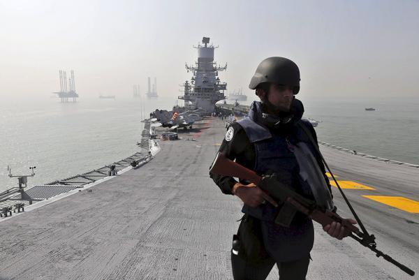 """一名印度士兵在""""维兰玛迪雅""""号航空母舰甲板上。视觉中国 资料"""