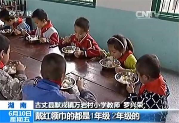 石炳是龙如意的学前班同学,因为家里经济条件不好,石炳的爸爸为了省下4块钱的午餐费每天中午都会把孩子接回家吃饭。到家以后,爸爸从柜子里端出两碗菜,记者发现冰凉的菜里没有一点肉,而开水就是这个4岁孩子午餐里仅有的温度。
