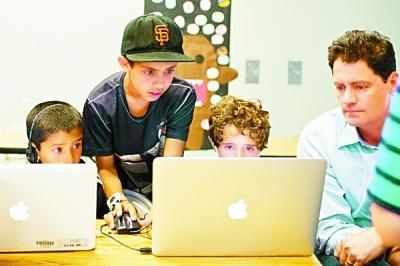 图为美国的小学生们正在上计算机编程课。资料图片