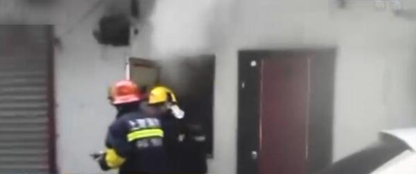 消防职员在现场处理。