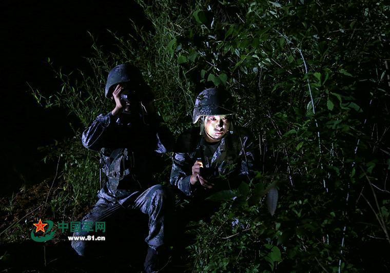 6月6日,第1集团军在浙北某演训场开展侦察兵集训,他们将部队带至野外陌生地域,在夜视环境中对官兵的实弹射击、情报侦察、崖壁攀登等课目进行训练,不断锤炼官兵的夜间作战能力。徐 浩摄
