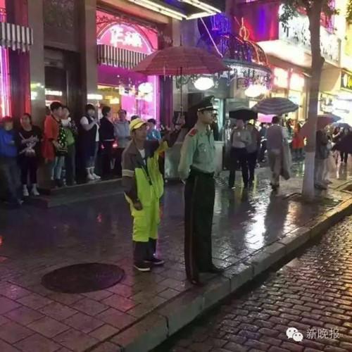 下面这张相片,拍照所在是在哈尔滨地方大巷上,一位武警士兵在路边放哨时,忽然降下大雨。行人们纷繁避雨或撑起雨具,这时一位环卫工人,出如今了武警士兵的死后,伸长手臂,把雨遮打在了他的头顶。拍照相片的高德峰说,其时他恰好途经这里,看到了这一幕。