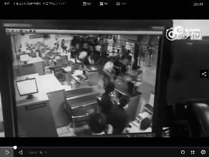 爆破前,很多搭客在货台前处理手续。