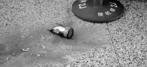 图为机场爆破的啤酒瓶残骸。