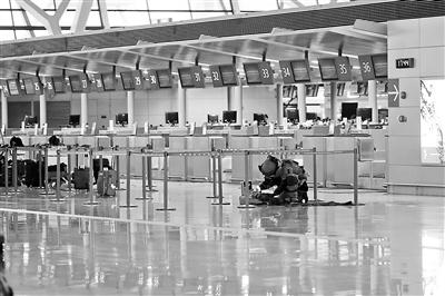 警方排爆人员全副武装在浦东机场T2航站楼国际出发C岛值机柜台处排查供图/新华社