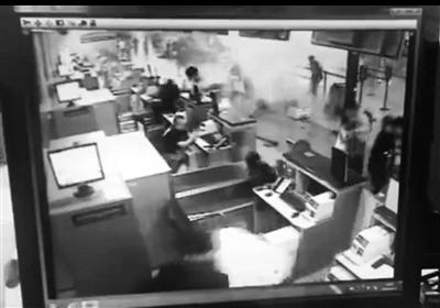 机场监控视频中的爆炸瞬间