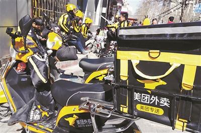 在北京的街头巷尾,不分时段,几乎随时都能看到骑着电动车送外卖的小哥们的身影,送餐平台的遍地开花为在这个城市谋生存的打工者们送来了充沛的工作机会,但随着竞争的日益加剧,送餐员似乎也不像以前那么好干了。北京青年报记者近日采访了几位送餐员,通过他们的讲述可以了解到这一群体目前的生存状态。