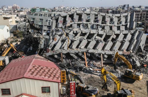 地动中崩塌的台南永康维冠金龙大楼。 东方IC 材料