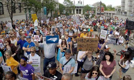 北卡罗来纳州罗利市(Raleigh)的抗议者,反对本州关于跨性别人士厕所使用的 HB2 法案。来自:Chuck Liddy/AP