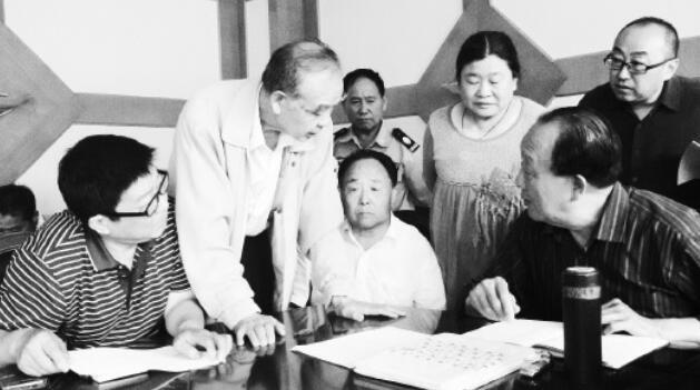 6月14日,山东二战受益劳工遗属们在济南商量后续维权事件。