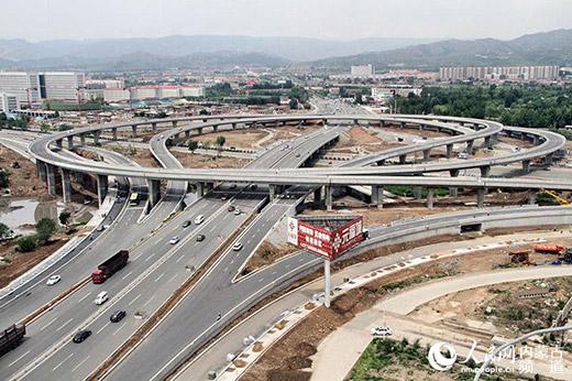 便利的交通让身处青城的老苍生受害,图为呼和浩特市倏地路立交桥俯瞰图。(张雪冬 摄)
