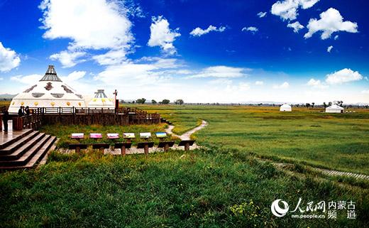 """依靠草原都会的青葱底色,呼和浩特旅行主打""""草原""""牌。图为呼和塔拉万亩草场。(材料图)"""