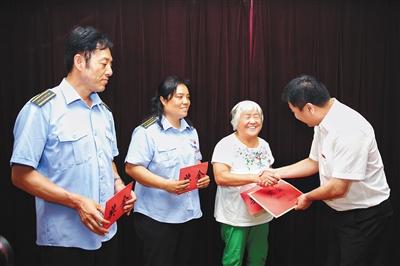 昨天,康家沟公交总站,公交公司指导向三位受惩处者公布奖金。新京报记者 彭子洋 摄