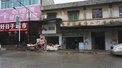 昨天,益阳岳家桥镇,蔬菜摊阁下为案发觉场。