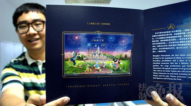 为了餍足更多的不克不及返回上海迪士尼休假区的耗费者,国家集邮总公司这次还推行了六款在园外贩卖的产物,这些邮品在描绘构思上颇具心机。