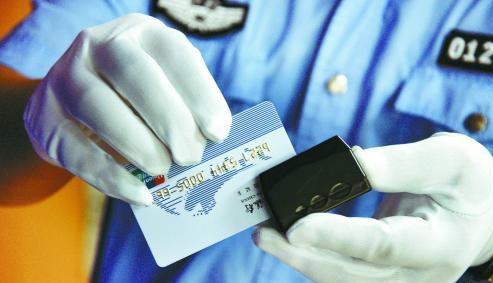 罪嫌疑人在结账时将信用卡带离受害人的视线,并暗中用侧录机复制信用卡信息,然后,通过偷窥的方式再获取信用卡密码。
