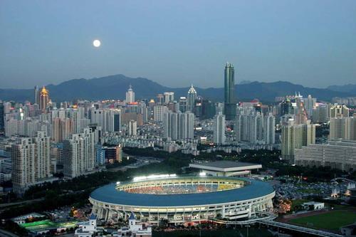 根据深圳市统计局发布的《2015年深圳国民经济和社会发展统计公报》,第二产业增加值7205.53亿元,增长7.3%;第三产业增加值10291.80亿元,增长10.2%,增幅高于第二产业。同时,第三产业增加值占全市生产总值的比重为58.8%,高出第二产业将近18个百分点。