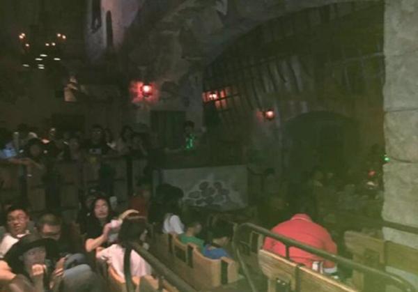 """上海迪士尼乐土中""""加勒比海盗――沉落瑰宝之战""""的名目呈现妨碍,因为坐位的压杠无奈翻开,船上旅客被困,无奈上去。"""