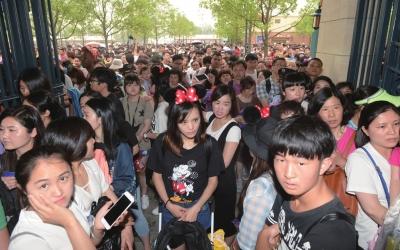 昨天上午,大批游客挤在大门口等待入园。