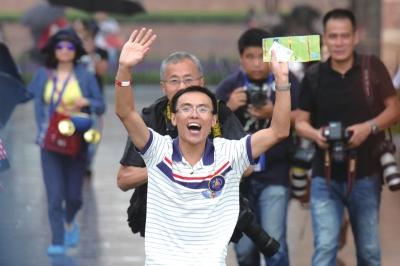 第一位检票入园的游客兴奋地奔向心仪的项目。