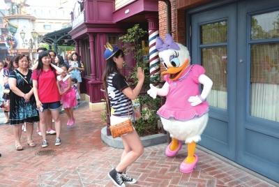 游客与玩偶互动。