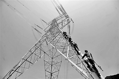 高达100余米的特高压输电铁塔上