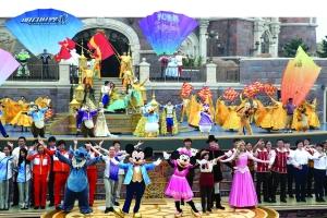 迪士尼卡通人物以及演员们在开园仪式上载歌载舞