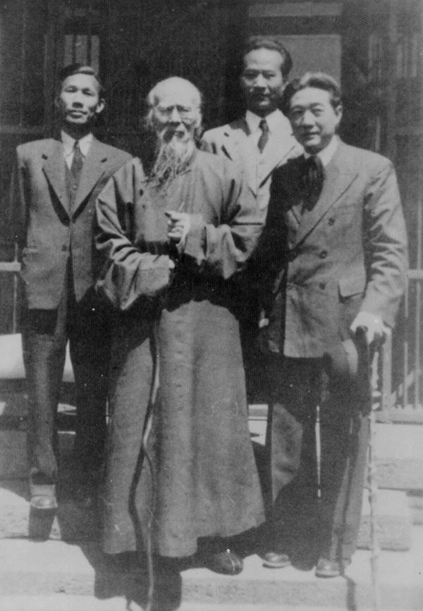 在齐白石寓所门口与徐悲鸿、齐白石、李桦的合影 1946年.