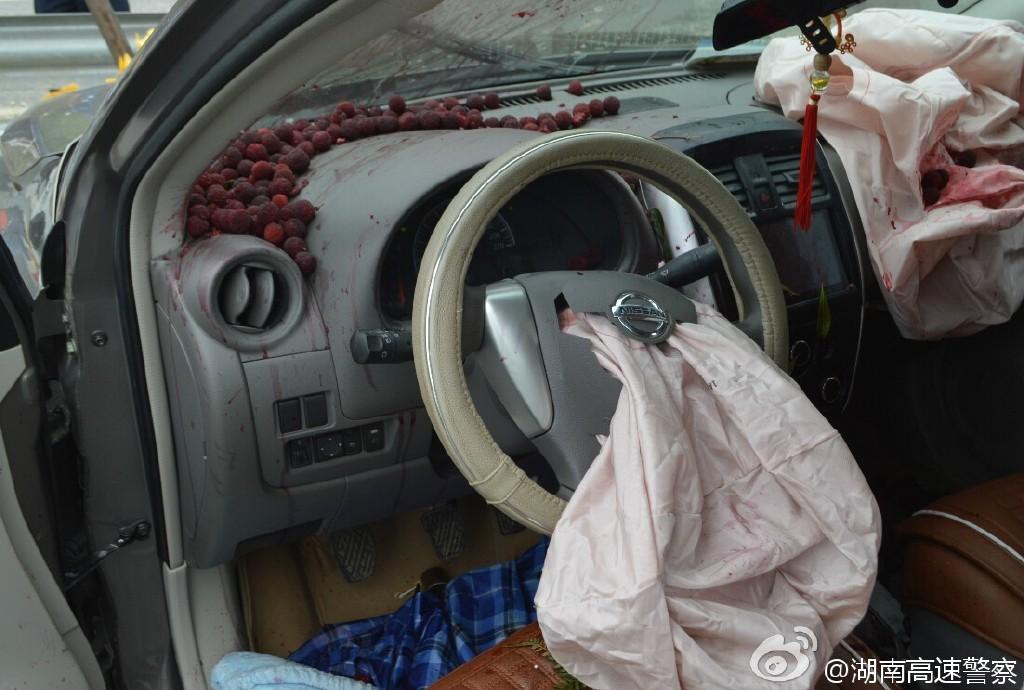 男子疲劳驾驶出车祸 瞬间喷出杨梅汁吓坏网友