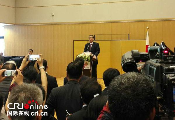 横井裕大使在款待会上致辞 拍照:黎萌