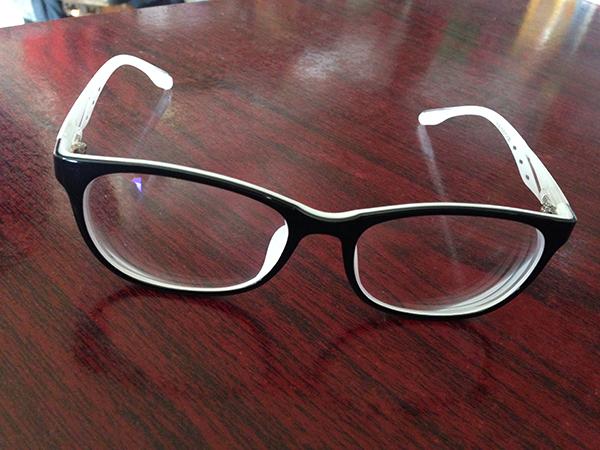 塑料材质,外圈是黑框,内圈为百色,购自吴良材眼镜店价值300元,就是这么一副眼镜。