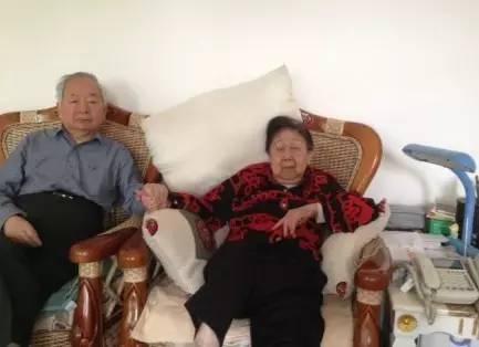 田纪云与病重的夫人在一起