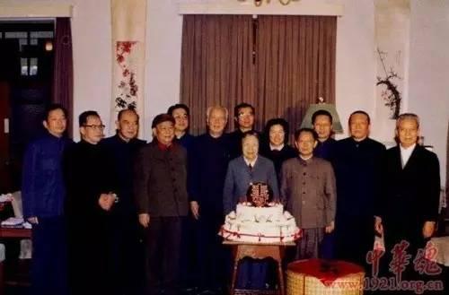 胡耀邦、万里、田纪云等为邓颖超庆祝生日