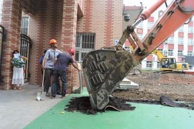 昨日上午,试验二小白云路分校塑胶操场开拆。京华时报记者 陶冉 摄