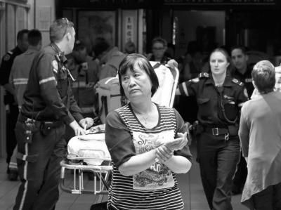 一位华人男子伎俩受伤。收集图像