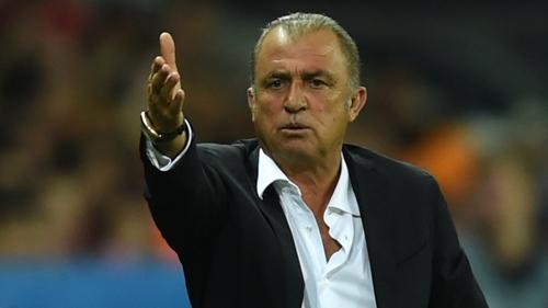 土耳其主帅特里姆赛后向西班牙队表示祝贺,中场大将沙欣表示将全力争夺小组第三。