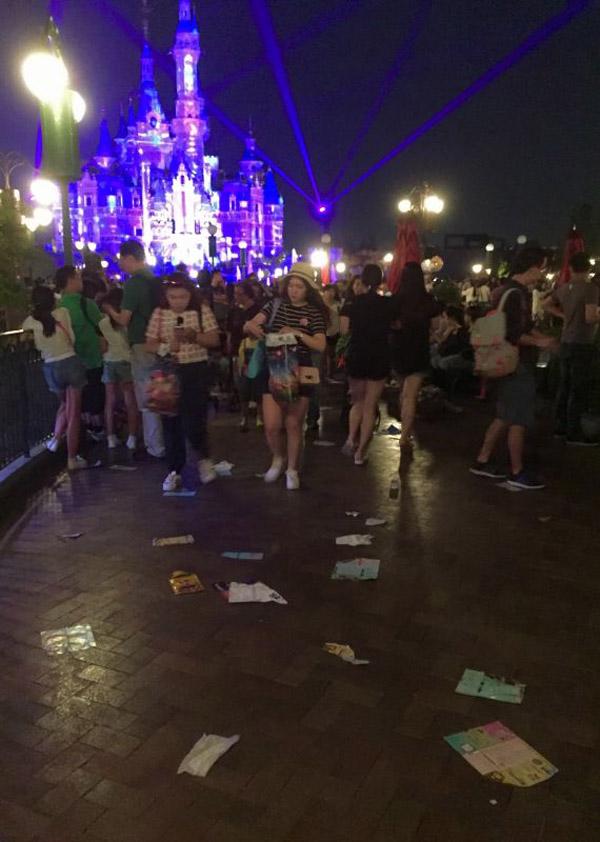 夜光幻影秀结束散场后,米奇大街和奇想花园的花坛周围食物垃圾、塑料袋和纸杯等散落一地。澎湃新闻记者 姚秋韵 图