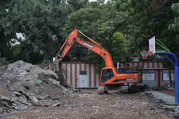 6月17日,挖掘机在北京市第二实验小学白云路分校拆除操场。 新华社 图