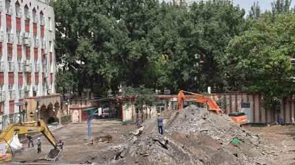 6月17日,发掘机在北京市第二试验小学白云路分校撤除操场。 新华社 图