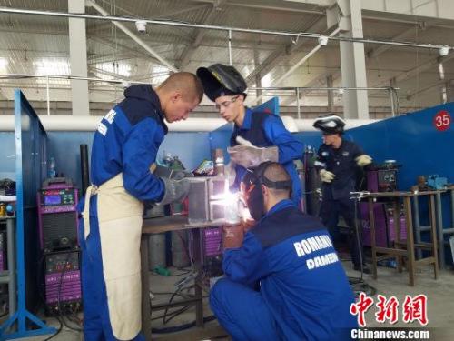 图为来自罗马尼亚的代表队正在进行手工焊接技艺比赛。 宋敏涛 摄