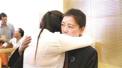 王某胜诉后与代理律师相拥而泣