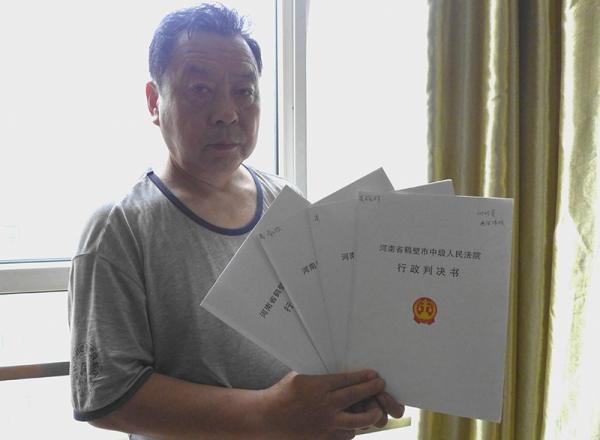 被强拆商户刘明星四次起诉濮阳市政府,三次胜诉,一次驳回,正在二审中。澎湃新闻记者 胥辉 图