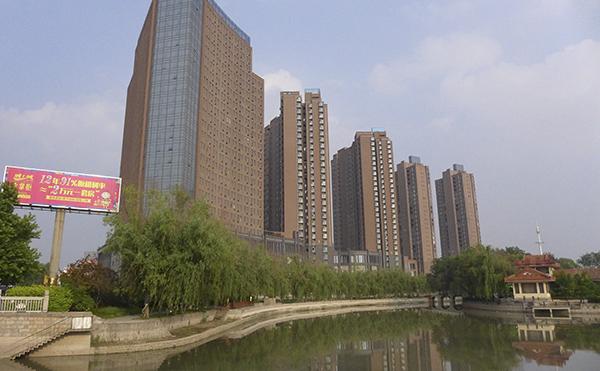 """以前的中原市场修建起来的新楼盘""""城上城""""销售均价7200元/平方米。澎湃新闻记者 胥辉 图"""