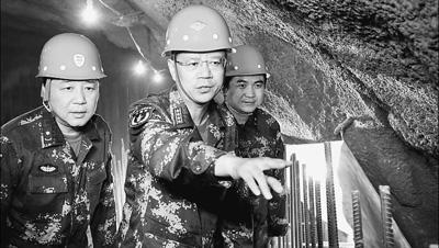 原文配图:创新团队成员正在检查国防工程施工工地。陈双维摄