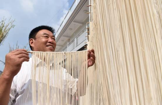 """徐师龙带领村""""两委""""打造了当地""""手工挂面一条街"""""""