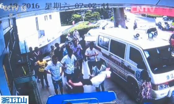 央视美色诱惑 客户端音讯,6月18号,在浙江省山河市公民病院,一名女大夫在值日班傍边,间断为三位产妇接生,以后又尾随救助车接诊,在回到病院时,因操劳过分,晕倒在了救助车旁。病院的监控录相记载了其时的场景。