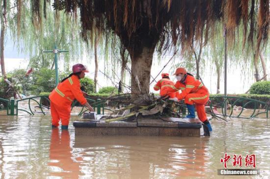 6月19日,重庆万盛境内一农村公路被泥石流冲断。周毅 摄