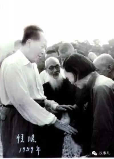 1959年夏天,毛泽东在韶山亲抚毛小青