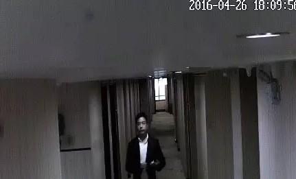 疑似肖明离开酒店的监控录像截图